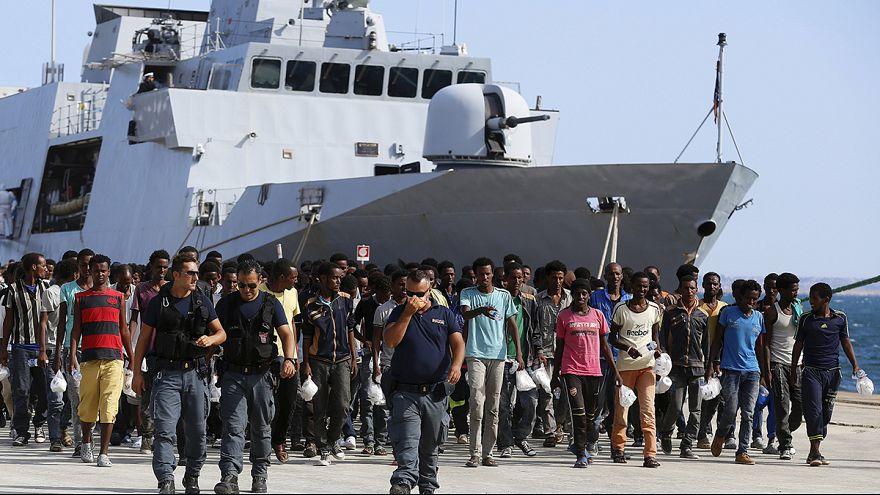 إيطاليا تُنقذ المئات من المهاجرين غيرالشرعيين بينهم قصر
