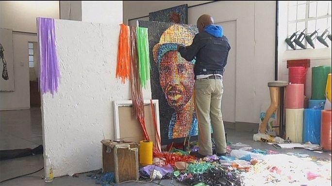 Художник превращает отходы от пластика в красочные полотна