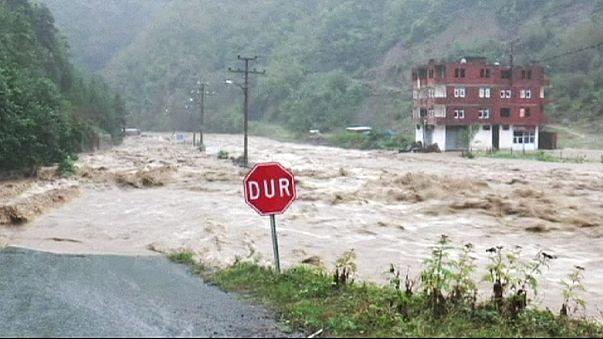 Inundações e derrocadas fazem oito mortos na Turquia