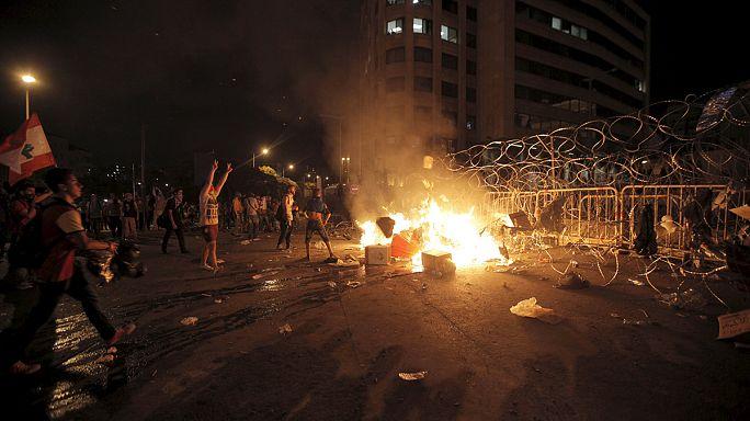 Lübnan çöp protestolarına karşı dev duvar ördü