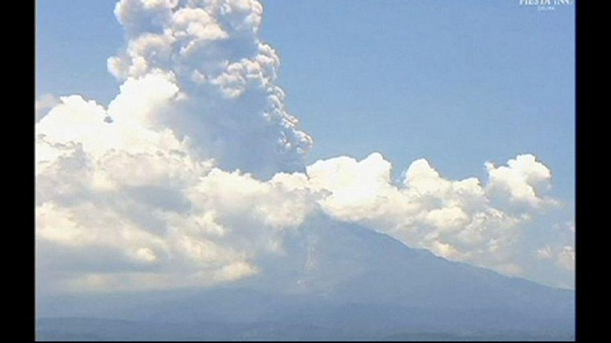 Exhalaciones de vapor de agua y gases en el volcán mexicano de Colima