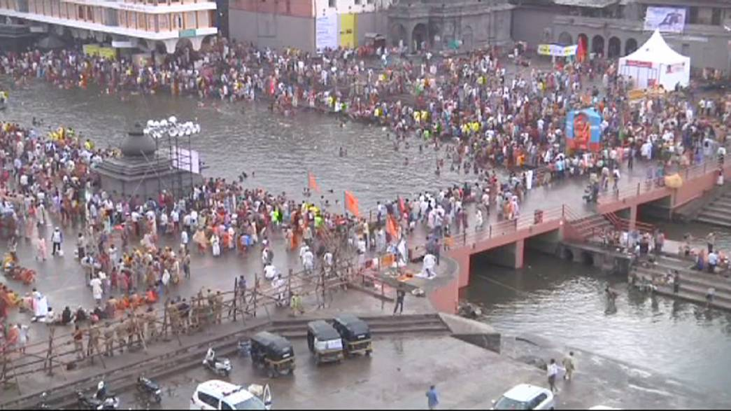 India, bagno purificante per il Kumbh Mela a Nashik