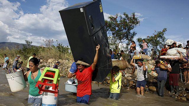 مئات الكولومبيين يغادرون فنزويلا على إثر تصاعد النزاع الحدودي البلدين
