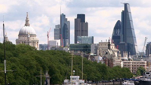 İngiltere ekonomisi beklendiği gibi yüzde 0.7 büyüdü