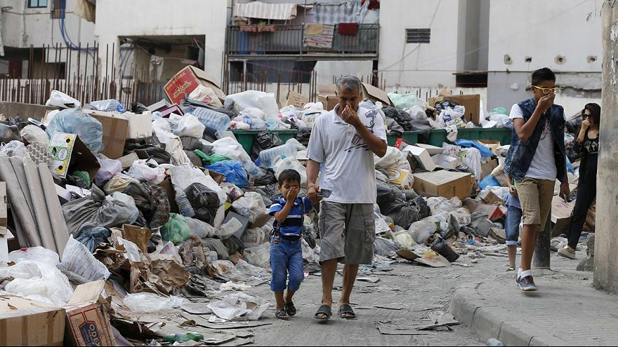 Sommersa da rifiuti e critiche. Mea culpa della politica libanese