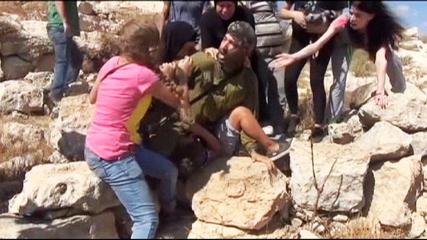 فلسطينيات يمنعن جندي إسرائيلي من إعتقال طفل فلسطيني