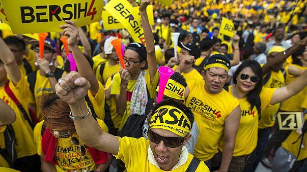 الماليزيون يطالبون بإستقالة رئيس الوزراء
