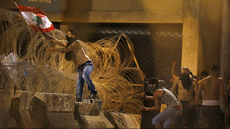 Szeméthegyek és barikádok Bejrútban
