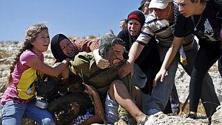 جندي إسرائيلي يتعرض للمواجهة بسبب محاولة إعتقال طفل فلسطيني