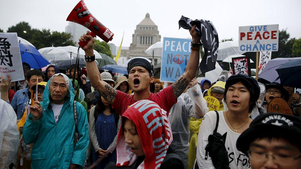 احتجاج لليابانيين على مشاريع تخفيف قيود الدستور على الجيش