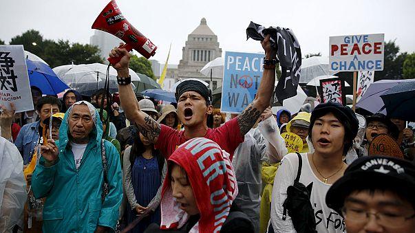 Óriás tüntetés Japánban az alkotmány tervezett módosítása miatt