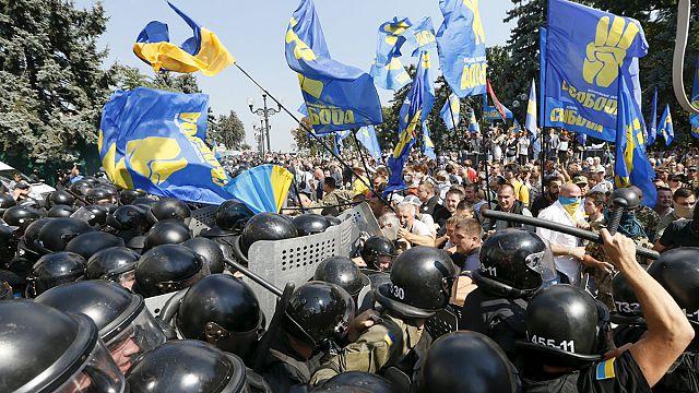 إصابة نحو 100 شرطي أوكراني خلال إشتباكات بين الشرطة ومتظاهرين بعد إقرار تعديل الدستور