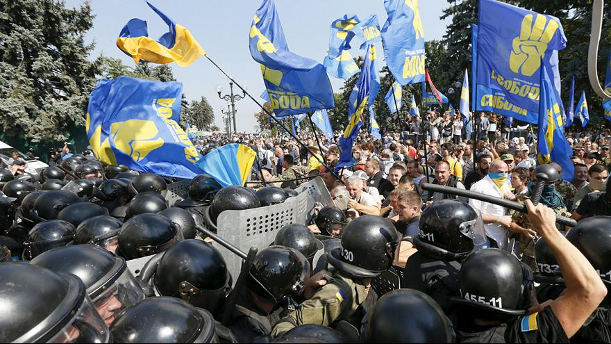 Ukrayna parlamentosu önünde çatışma: 1 ölü 100 yaralı