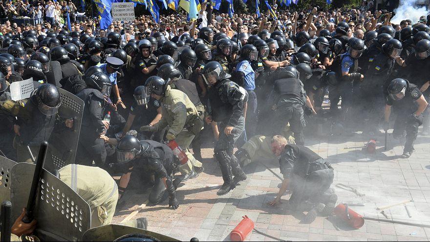 قتيل وعشرات الجرحى خلال صدامات بين الشرطة ومحتجين في كييف