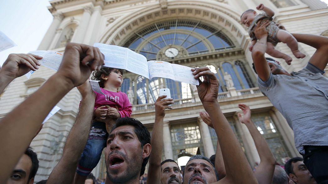Crisi migranti: centinaia di migranti fuori dalla stazione di Budapest. Proteste