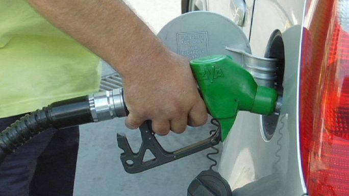 إنخفاض  أسعار النفط تؤدي إلى تراجع أسعار الوقود