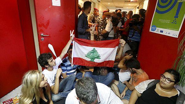 پلیس ضدشورش لبنان معترضان را از وزارت محیط زیست بیرون راند