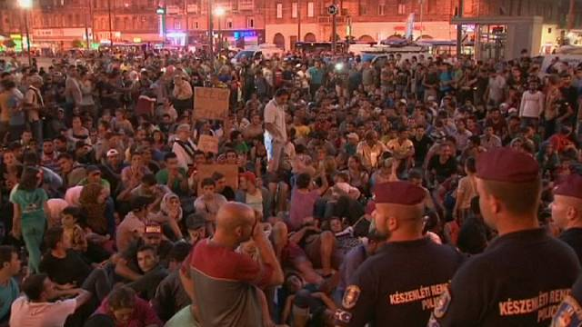السوريون يفترشون شوارع بودابست بانتظار السماح لهم الذهاب إلى ألمانيا