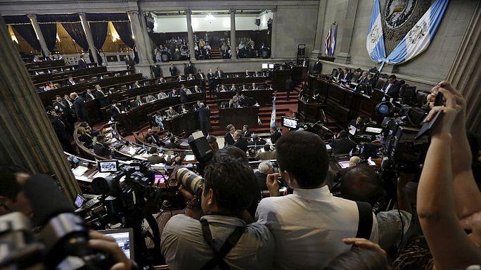 Megfosztották mentelmi jogától a korrupcióval gyanúsított guatemalai elnököt