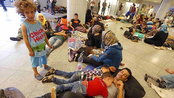 Göçmenlerin Budapeşte'deki tren garında bekleyişi sürüyor