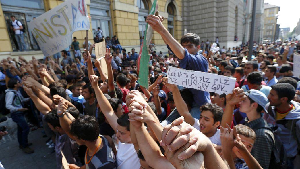 Cientos de refugiados piden frente a la estación de Keleti poder viajar a otros países