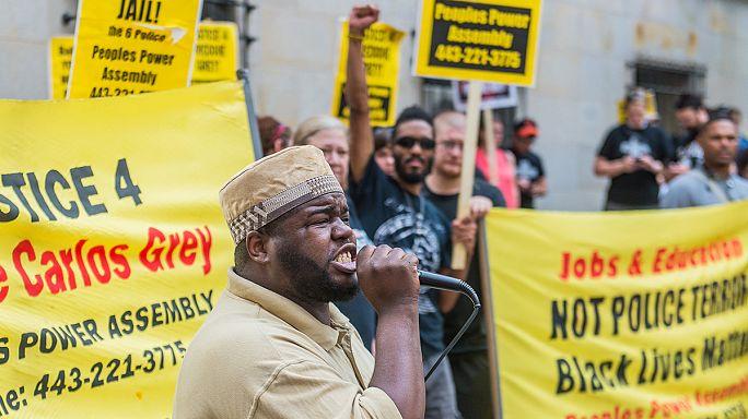 США: суд в Балтиморе отверг требования защиты снять с полицейских обвинения в убийстве Фредди Грея