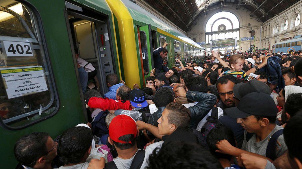 Refugiados sirios entran en la estación de Budapest y saturan un primer tren