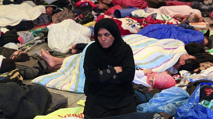 """Беженцы на вокзале в Будапеште: """"я был профессором университета"""""""