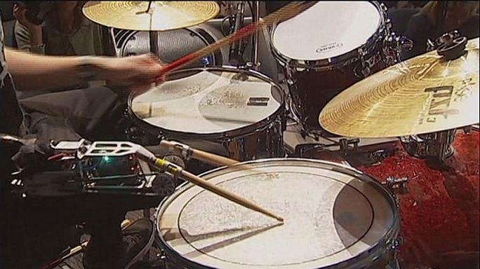 Amputé du bras, il joue de la batterie à l'aide d'un robot