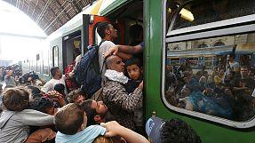 La policía húngara detiene el primer tren de refugiados que partió de la estación Keleti