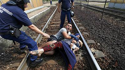 Protestas en Bicske, donde la policía ha detenido un tren de refugiados