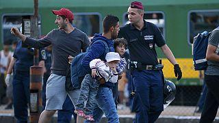 Ουγγαρία: «Εγκλωβισμένοι» σε χωριό στα σύνορα εκατοντάδες πρόσφυγες