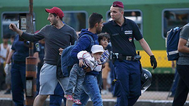 """Ungheria: i migranti fermi a Bicske gridano """"Germania"""""""