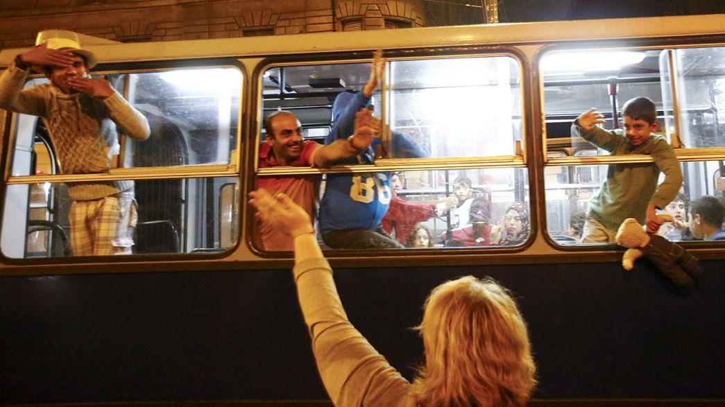 Ungheria, il Governo offre autobus per i migranti in marcia verso l'Austria