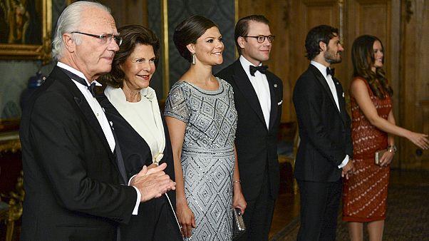 Σουηδία: Επίσκεψη... πελαργού στην βασιλική οικογένεια