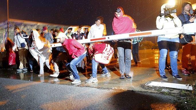 Buszokkal megérkezett Ausztriába a menekültek első csoportja