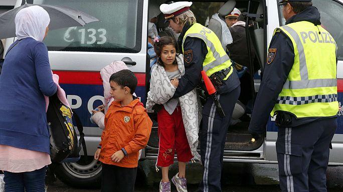 Ближневосточные беженцы прибывают из Венгрии на австрийскую границу