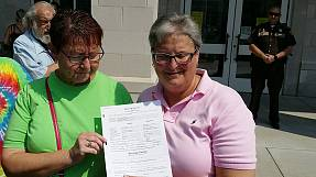 Kentucky county issues gay marriage licences after clerk's jailing