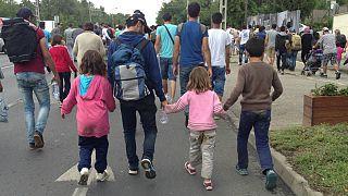 Kipróbáltuk, milyen a menekültekkel gyalogolni Ausztria felé