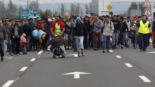 На Запад любой ценой: беженцы идут из Будапешта к австрийской границе