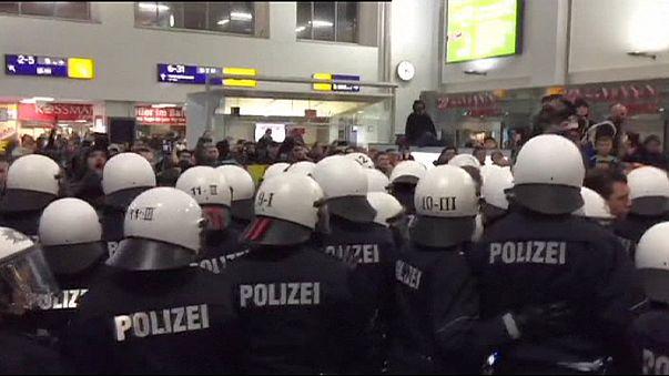 Demo für und gegen Flüchtlinge am Bahnhof in Dortmund