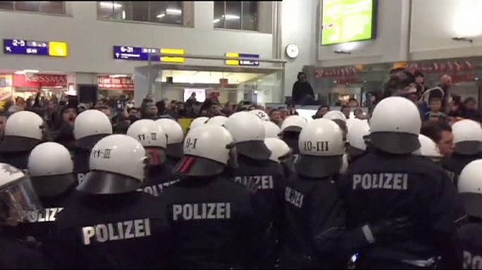 La llegada de un tren de refugiados genera tensión entre neonazis y antifascistas en la estación de Dortmund
