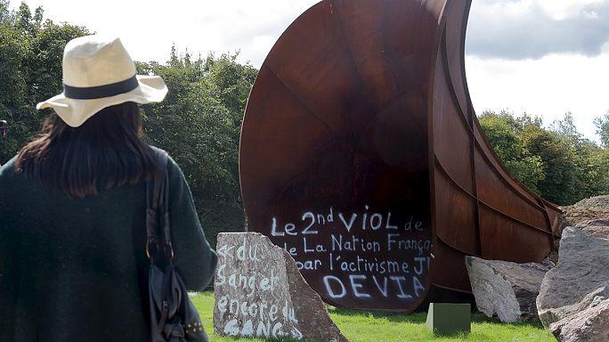 Versailles: megrongáltak egy provokatív műalkotást