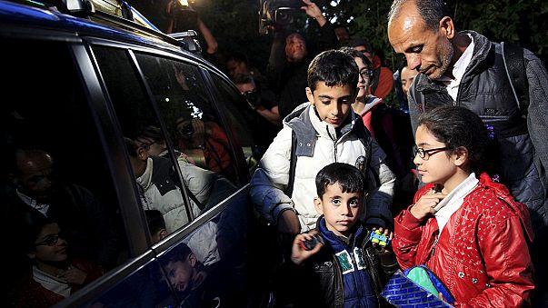 Freiwillige Helfer in Privatautos bringen Flüchtlinge über ungarische Grenze