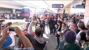 Austríacos festejam chegada de refugiados