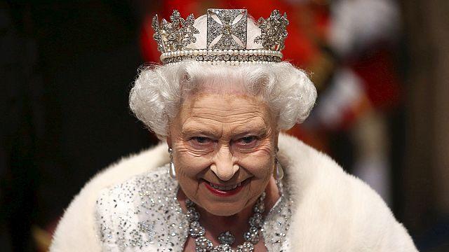 Kraliçe 2. Elizabeth İngiltere'nin en uzun süre tahtta kalan monarkı oluyor