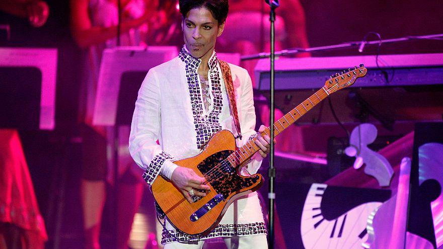 Image: Prince performs