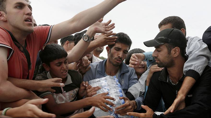 How many refugees is Juncker asking each EU state to take in?