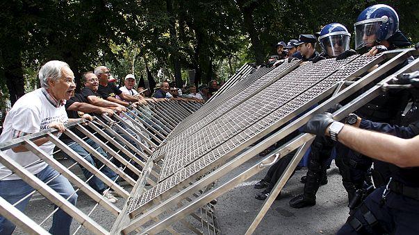 البرتغال: عملاء مصرف إشبرتو سانتو المفلس يتظاهرون لاستعادة أموالهم