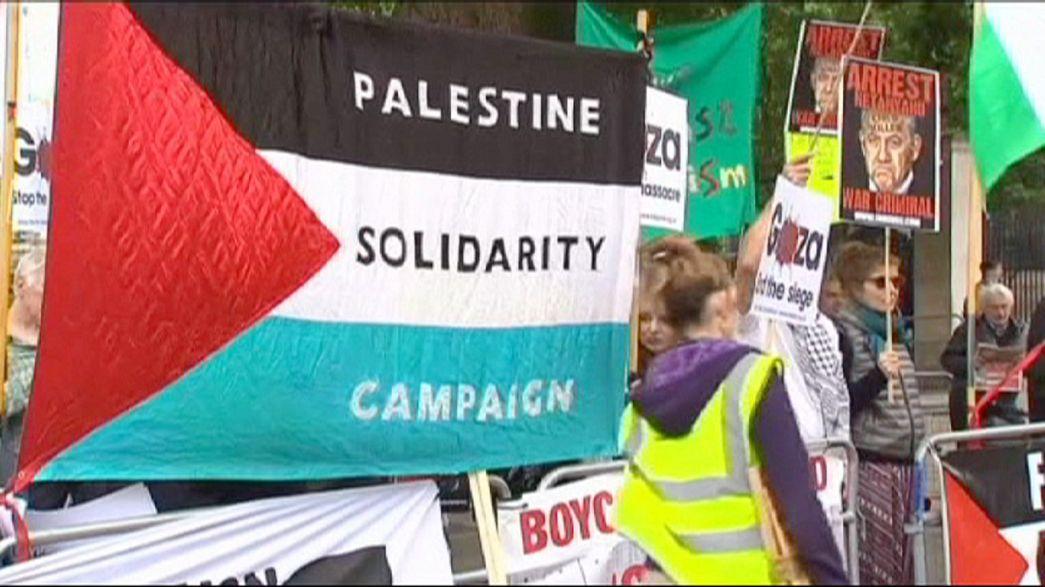 مظاهرات مؤيدة لفلسطين وأخرى لإسرائيل أمام مقر الحكومة البريطانية